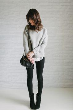 moletom cinza, sobreposição de camisa branca, calça preta e botas