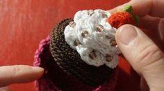 Häkelanleitung: Geschenkdose Cupcake häkeln https://parivonne.wordpress.com/2014/12/07/geschenkdose-cupcake/ 