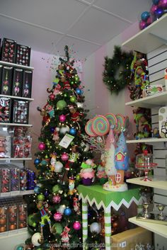 Decoración con temática de dulces para árbol de navidad en colores pastel. #DecoracionesNavidad