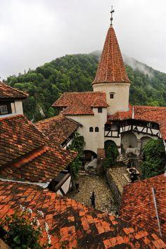 Castelul Bran (1377-1382) - curtea interioară, Str. General Moșoiu Traian 495-498, Bran; arh. Johannes Schultz și Karel Liman