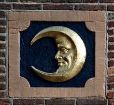 Gevelsteen 'de Maan', Oudezijdskolk Amsterdam. Photo by Pancras van der Vlist.