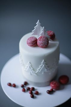 28 Christmas Wedding Cakes And Their Alternatives Mini Christmas Cakes, Christmas Cake Designs, Christmas Wedding Cakes, Christmas Cake Decorations, Christmas Sweets, Holiday Cakes, Christmas Baking, Simple Christmas, Xmas Cakes
