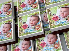 Caixa em MDF (8x8) com decoração personalizada (à escolher cor da pintura e tema).   Opções de Recheio (Bala de goma, confete de chocolate, marshmallow, pão de mel recheado, sachê com mini terço ou guloseimas).  Com laço de cetim e mini cartão de agradecimento personalizado.  Código do Site IN041  ***Pedido Mínimo - 20 unidades*** R$8,30