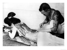 She is not geisha. Geisha are not (and nor were they ever) allowed to have tattoos. Backpiece Tattoo, Kanji Tattoo, 1 Tattoo, Yakuza Tattoo, Tattoo Cafe, Tattoo Pics, Tattoo Shop, Tattoo Images, Tatoo Art