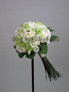 2122. Bruidsboeket biedermeier wit groen lange steel