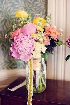 completely obsessed with these cute / colorful floral arrangements in mason jars w/ ribbon!