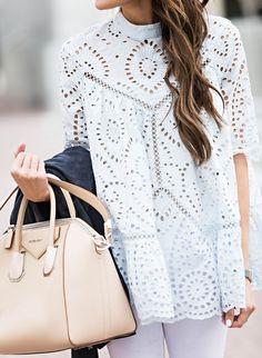 On aime quand les tops en broderie anglaise prennent de l'ampleur ! (photo Hello Fashion)