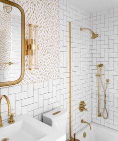 Os metais dourado fazem do banheiro um ambiente mais glamouroso!