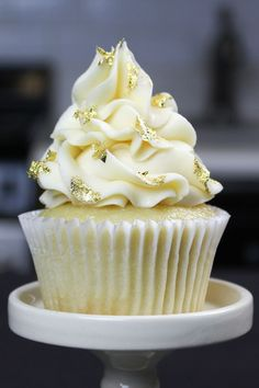 Easy Vanilla Cupcake Recipe - Comes Together in One Bowl cupcakes decoration hochzeit ideas ideen recipes rezepte cupcakes cupcakes cupcakes Vanilla Cupcake Recipe With Oil, Moist Vanilla Cupcakes, Lemon Cupcakes, Yummy Cupcakes, Strawberry Cupcakes, Flavored Cupcakes, Gold Cupcakes, Fluffy Cupcakes, Decorated Cupcakes