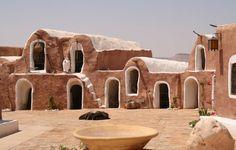 #Tunisie #Tataouine . Au Sud de Tunis, l'oasis de Tataouine est un relais sur la route des caravanes. En berbère, son nom signifie « source d'eau ». Situé aux cœurs de sublimes paysages, Tataouine est le point de départ vers les villages ancestraux et est connu pour son architecture typique garantissant un dépaysement total. http://vp.etr.im/cb73