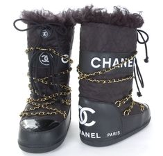 Chanel available at Luxury & Vintage Madrid, bring you the world's best selection of vintage and contemporary clothing, discover our top brands, Express delivery Worldwide ! Moon Boots, Snow Fashion, Winter Fashion, Crazy Shoes, Me Too Shoes, Mode Au Ski, Apres Ski Party, Mademoiselle Coco Chanel, Chanel Boots