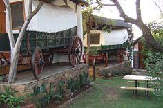Slaap in 'n ossewa met 'n panoramiese uitsig oor Hartbeespoortdam by Oxwagon Lodge. South Africa, Places To Go, Holiday, Southern, Bucket, Van, African, Travel, Heart