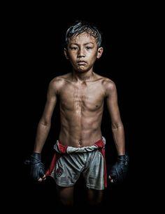 Une superbe série de portraits de Boxeurs Khmers, réalisée par Antoine Raab, un photographe français qui a capturé ces combattants cambodgiens à la sort