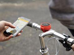 よく知らないところへ自転車で移動する時、スマホでルートを確かめるのはよくあること。 でも確認するために自転車をいったん停めるのは面倒だったりする。あるいは片手にスマホを持って運転するというのは危険な行為だ。 そこでイギリ