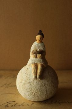 girl with nest Sculptures Céramiques, Sculpture Art, Ceramic Clay, Ceramic Pottery, Clay People, Art Story, Art Corner, Clay Figurine, Ceramic Figures