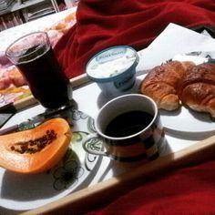 Cafezinho na cama as 11hs quem nunca :)