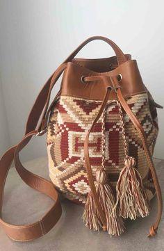 Mochila wayuu y cuero la combinación perfecta! Tapestry Bag, Tapestry Crochet, Filet Crochet, Knit Crochet, Mochila Crochet, Ethnic Bag, Boho Bags, Crochet Purses, Knitting Accessories