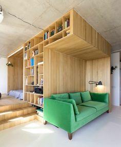 aménager une chambre de 10m2, bibliothèque et lit en bois, sofa vert
