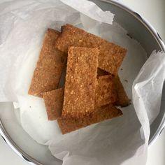 Ik heb weer een heerlijk tussendoortje voor jullie! Deze pindakaas havermout repen zijn super makkelijk om te maken en erg gezond. Wie is er nu niet gek op pindakaas, ik wel! Je hebt voor deze repen eigenlijk maar 4 basis ingrediënten nodig die je altijd wel in huis hebt. Binnen 5 minuten zitten deze repen in de oven en ze zijn heerlijk als tussendoortje voor thuis, onderweg, op het werk of na het sporten. Ga jij ze maken? Pindakaas havermout repen (6-8 stuks) Wat heb je nodig: – 4 el…