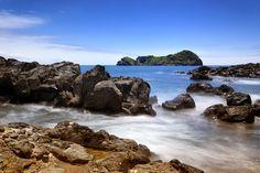 Azory - wybrzeże wyspy Sao Miguel i skalista wysepka Vila Franca