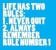"""#PraCegoVer: foto com fundo azul e letras brancas dizendo """"A vida possui duas regras:  regra número um - nunca desista  regra número dois - nunca se esqueça da regra número um"""""""