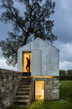 Fijn stukkie architectuur op een muur. AZO bouwde op de plek van een voormalige duiventil een bijgebouwtje met een kinderspeelplaats en een badgelegenheid.