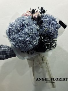 #绣球花 #Hydrangea #圣诞气氛 #桌面花 #盒子花  #鲜花 #手花 #气球🎈#Ballon #MerryChristmas  #BloomBoxes #FlowerBoxes #BloomBox #JohorBahru #Johor #JohorJaya #Florist #小天使花屋 #AngelFloristGiftCentre #新山花店 #花店 #新山 #柔佛 #Wechat #WhatsApp 010-6608200