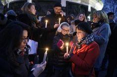 Attentat à Charlie Hebdo, les photos : Des personnes lors du rassemblement en hommage aux victimes de l'attaque du journal Charlie Hebdo qui a fait 12 morts, le 7 janvier 2015 à Paris