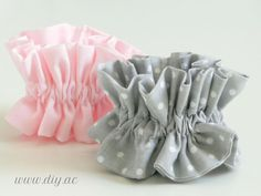 How to make ruffle scrunchies step by step Diy Hair Scrunchies, Diy Hair Bows, Diy Bow, Ribbon Hair, Easy Sewing Projects, Sewing Projects For Beginners, Sewing Crafts, Anna Craft, Diy Hair Accessories