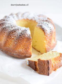 Wat is deze yoghurt-citroencake lekker! Ontzettend fijn van smaak en zacht van textuur. Dat is te danken dat deze cake voornamelijk bestaat uit Griekse yoghurt. Een cake waar je zo af en toe wel een e