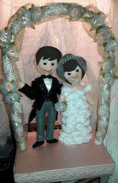 Coppia di sposi con arco di fiori su base -scatolina . Adatta anche per torta nuziale .