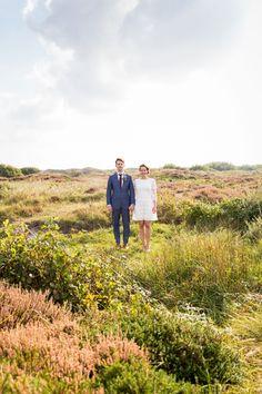 Bruidspaar in de duinen #bruiloft #trouwen #texel #bruidspaar #duinen #trouwfoto #inspiratie #real #wedding #inspiration Trouwen in het witte kerkje op Texel   ThePerfectWedding.nl   Fotografie: Vlot Fotografie