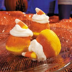 3#The method suggested in step 2 works well for this step. Place a candy corn on top of the frosted cupcake. Sprinkle the cupcake with sanding sugar for a dash of extra sparkle.
