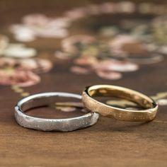 マリッジリング:Litografia(リトグラフィア) 石板に一文字ずつ刻印を打つように、アルファベットがリングの表面にデザインされた結婚指輪 [K18 gold,Pt900 platinum,ウエディング,wedding,marriage]