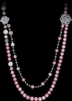 Limelight Garden Party - #PiagetRose long necklace - in 18K white gold set with 477 brilliant-cut diamonds (approx. 10.49 ct) and 85 pink opal and sculpted white chalcedony beads.