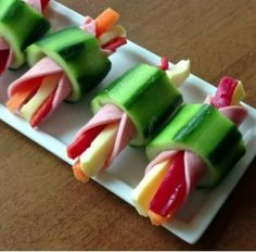 This quick and easy cheese and pepper stick rapped in ham inside hollow cucumber slice is the quick &; This quick and easy cheese and pepper stick rapped in ham inside hollow cucumber slice is the quick &; Cute Food, Good Food, Yummy Food, Appetizers For Party, Appetizer Recipes, Appetizer Ideas, Tapas, Food Platters, Meat Cheese Platters