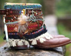 Para los compradores que quieren nuevo en lugar de botas vintage, este listado está para estrenar (sin usar) cuero botas de COWBOY con reciclado estilo: raja hacia abajo detrás, doblada sobre, y decorado utilizando VINTAGE correas, ajuste y accesorios (permanentemente). Las botas de las fotos son una representación de las botas que he hecho, hay más estilos y colores disponibles también. El precio reflejado es para reciclado nuevas botas - usted puede conseguir en la mayoría de los colores y…