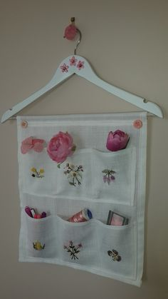 Fabric Organizer – Give Details – Bag Fabric Crafts, Sewing Crafts, Sewing Projects, Hanging Storage, Diy Hanging, Linen Storage, Bag Storage, Diy Home Crafts, Diy Home Decor