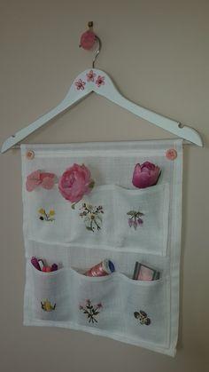 Fabric Organizer – Give Details – Bag Fabric Crafts, Sewing Crafts, Sewing Projects, Diy Projects, Hanging Organizer, Hanging Storage, Fabric Organizer, Linen Storage, Bag Storage