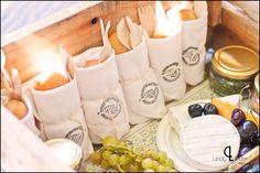 Picnic  basket ideas for wedding guests  {www.lindytruter.com}