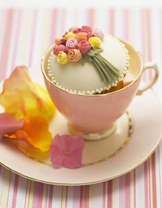 Bunch of roses cupcake - love the delicate piped pattern edging