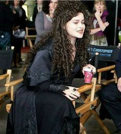 Amazing HBC as Bellatrix❤ that costume looks so awesome! Harry Potter Ginny Weasley, Harry Potter Bellatrix Lestrange, Theme Harry Potter, Harry Potter Cosplay, Harry Potter Characters, Harry Potter World, Ron Weasley, Hermione Granger, Helena Bonham Carter