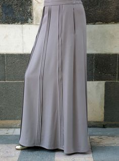 There are a selection of ways to put on girls' calm mini skirt. Midi Skirt Outfit Casual, Skirt Outfits, Skirt Pants, Dress Skirt, Skirt Fashion, Fashion Outfits, Women's Fashion, Beautiful Long Dresses, Beautiful Ladies