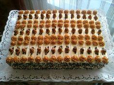 Karamelove rezy- piškótové cesto s mandľami a kakaom plnené karamelovým a vanilkovým krémom