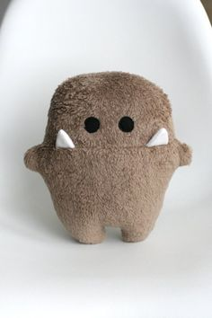 Sewing Stuffed Animals This might be the cutest stuffed monster like ever. Sewing Toys, Sewing Crafts, Sewing Projects, Sewing Art, Sewing Ideas, Monster Dolls, Mini Monster, Monster Face, Tilda Toy