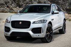 Jaguar F-Pace — O primeiro utilitário da história da marca inglesa chega às lojas em setembro com pretensões de abalar as estruturas da categoria de SUVs de luxo. Custará R$ 309.300 equipado com o novo motor 2.0 turbo diesel de 180 cv e pesados 43,8 kgfm de torque (livres a 1.750 rpm). Também usará o conhecido 3.0 V6, que rende 340 cv e 380 cv. Já tem pré-venda nas 33 lojas da marca no País. Brigará diretamente com BMW X4 e Porsche Macan.GALERIAConheça todos os detalhes do novo Jaguar F-Pace