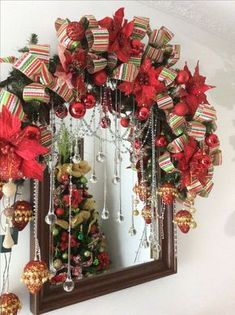 Ideas for decorating mirrors at Christmas - Dale Details Christmas Swags, Christmas Frames, Diy Christmas Ornaments, Christmas Lights, Beautiful Christmas Decorations, Christmas Door Decorations, Christmas Centerpieces, Holiday Decor, Christmas Flower Arrangements