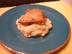 Not so fried chicken and skinny garlic mashed potatoes for two.looks soo delicious! Obviously the chicken would not be on the potatoes or it would become a meal for one thanks to his OCDness about food Quick Healthy Meals, Healthy Cooking, Healthy Recipes, Yummy Recipes, Healthy Eating, Roasted Chicken Thighs, Fried Chicken, Asian Chicken, Chicken Salad