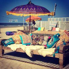 Pepper Beachclub Zandvoort  #beach #beachclub #zandvoort #pepper_beachclub #strandtent #restaurant #trouwlocatie #trouwen #strand #cocktails #cocktailbar #pepperbeachclub #boho #bohemian #strandpaviljoen #sunbeds #flowers #sun #gintonic #gin #bar #pillows #balinese #umbrella #parasol