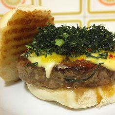 「 Burger com minas padrão, couve frita e geleia de pimenta dedo de moça com mexerica! RECEITA DESBUNDANTE DA NOITE que criamos para testar esse burger de… 」